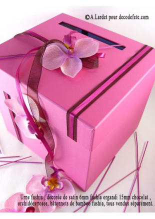 1 urne carr fushia for Decoration d une boite en carton