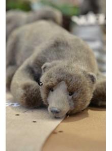 1 ours brun allongé Maurice 26cm